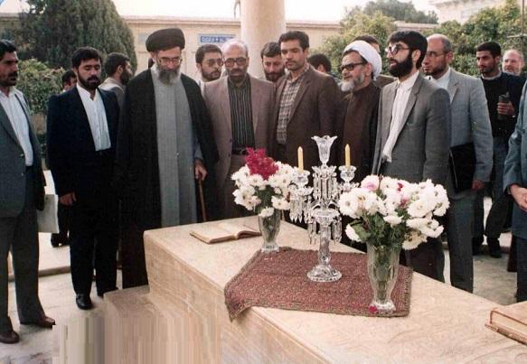 عکس/ حضور رهبر معظم انقلاب بر مزار حافظ در آبان ۶۷