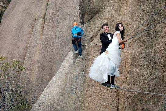 ازدواج عجیب یک عروس و داماد در میان صخره های کوهی!+تصاویر