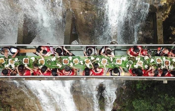 صرف غذا بر روی یکی از خطرناک ترین پل های جهان +عکس